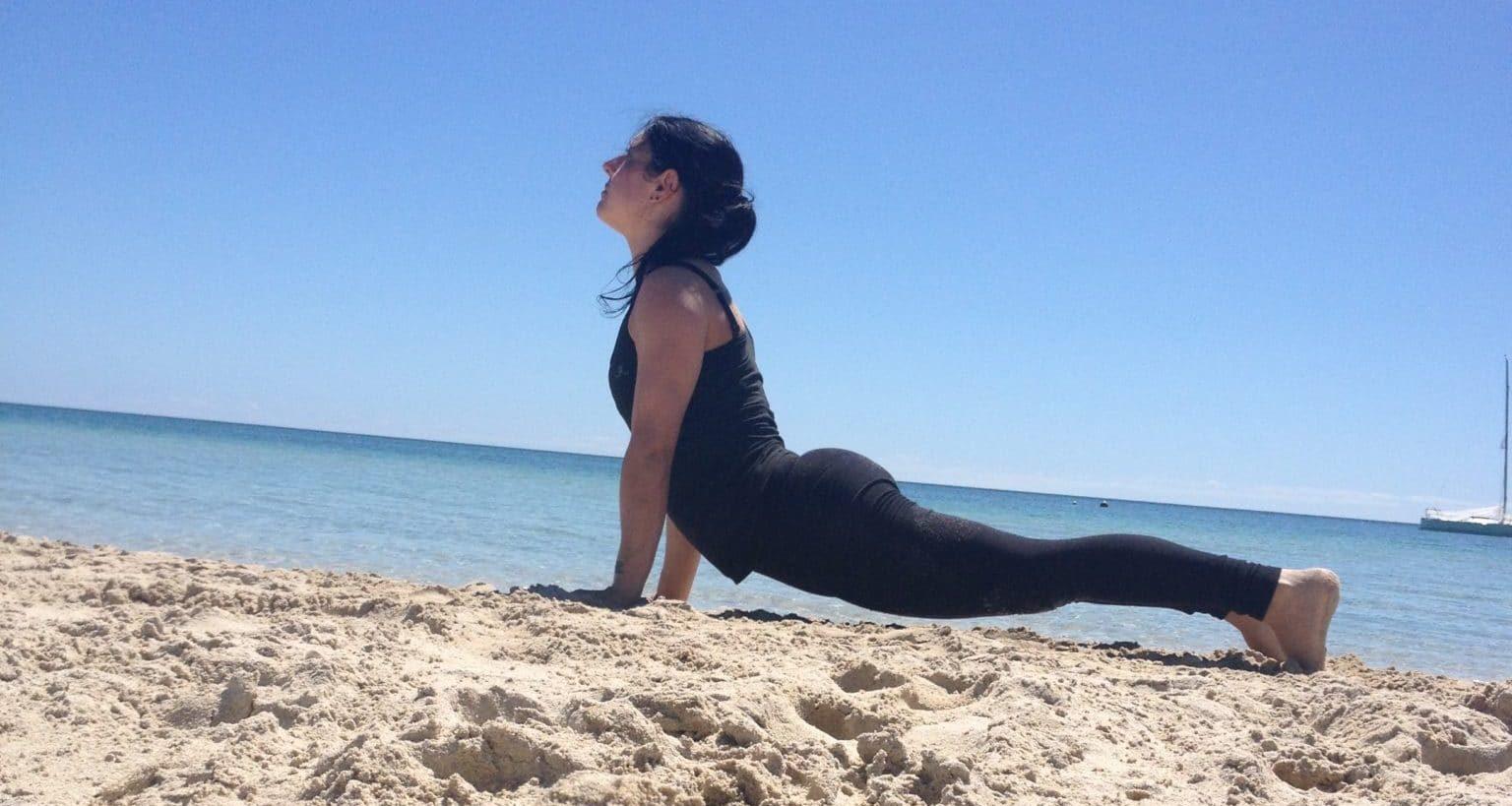 Figure de stretching sur la plage par Adeline Pilates